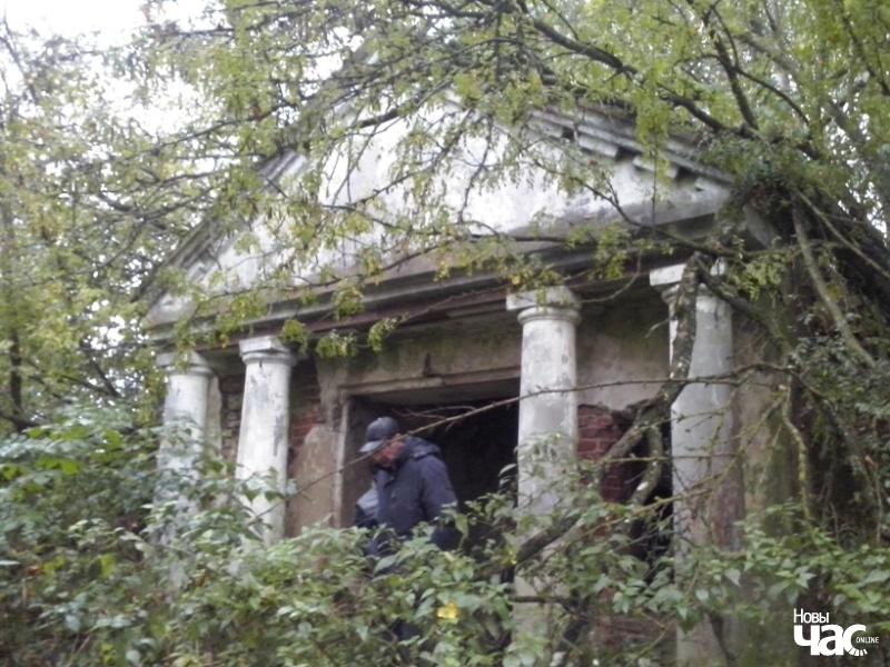 Фасад капліцы-пахавальні Рдултоўскіх, зануранай у зямлю