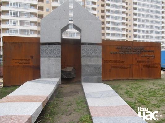 Мемарыяльны знак на месцы дому, дзе нарадзіўся Максім Багдановіч